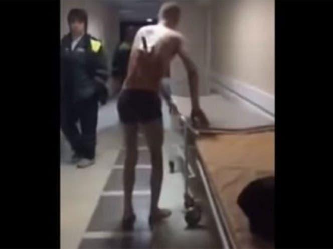 Vídeo: Paciente con un cuchillo clavado en la espalda sale del hospital a fumar