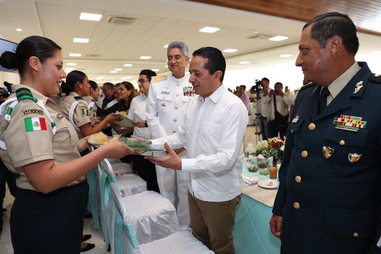 Carlos Joaquín conmemora al Ejercito Mexicano