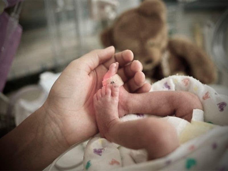 Por hacer el parto en su casa le cortó el cuello al bebé
