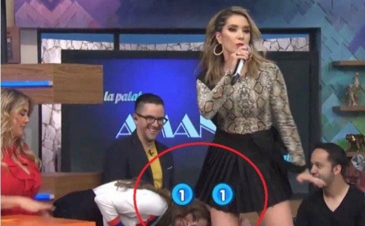 Vídeo: Galilea Montijo la cachan viéndole el trasero a Andrea Escalona en programa Hoy