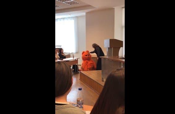 Vídeo: Maestra reacciona con ternura al ver alumno disfrazado del gato Garfield