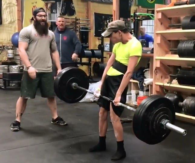 Vídeo: Joven con parálisis cerebral carga pesas de 90 kilos y se hace viral en redes sociales