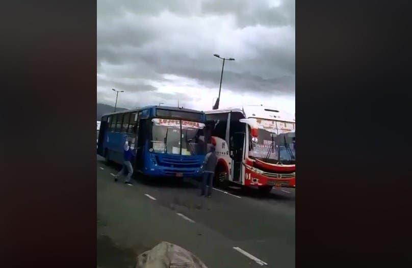 Vídeo: Chofer de autobús agarra a machetazos a otro conductor