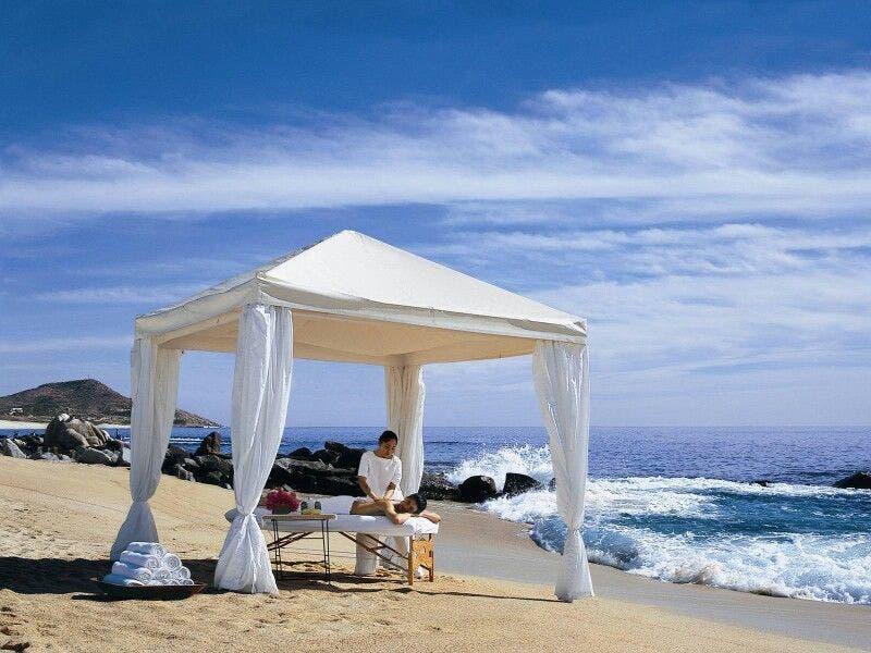Desploma sargazo servicio de masajes en playas