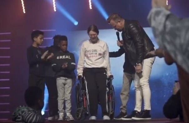 Vídeo: ¡Milagro! Niña se levanta de silla de ruedas y camina luego de que pastor hiciera una oración