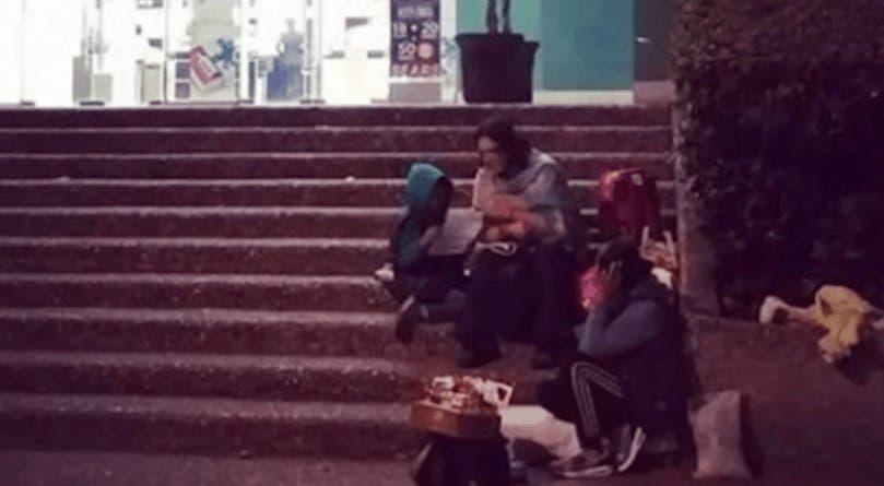 Mujer le da clases a niño de vendedora en la calle y se hace viral en redes sociales