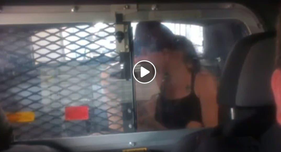 Vídeo: Graban a pareja teniendo relaciones en una patrulla, el policía fue suspendido