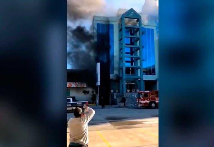 Vídeo: Sujeto se tira de un edificio porque creía que se estaba incendiando y vive de milagro