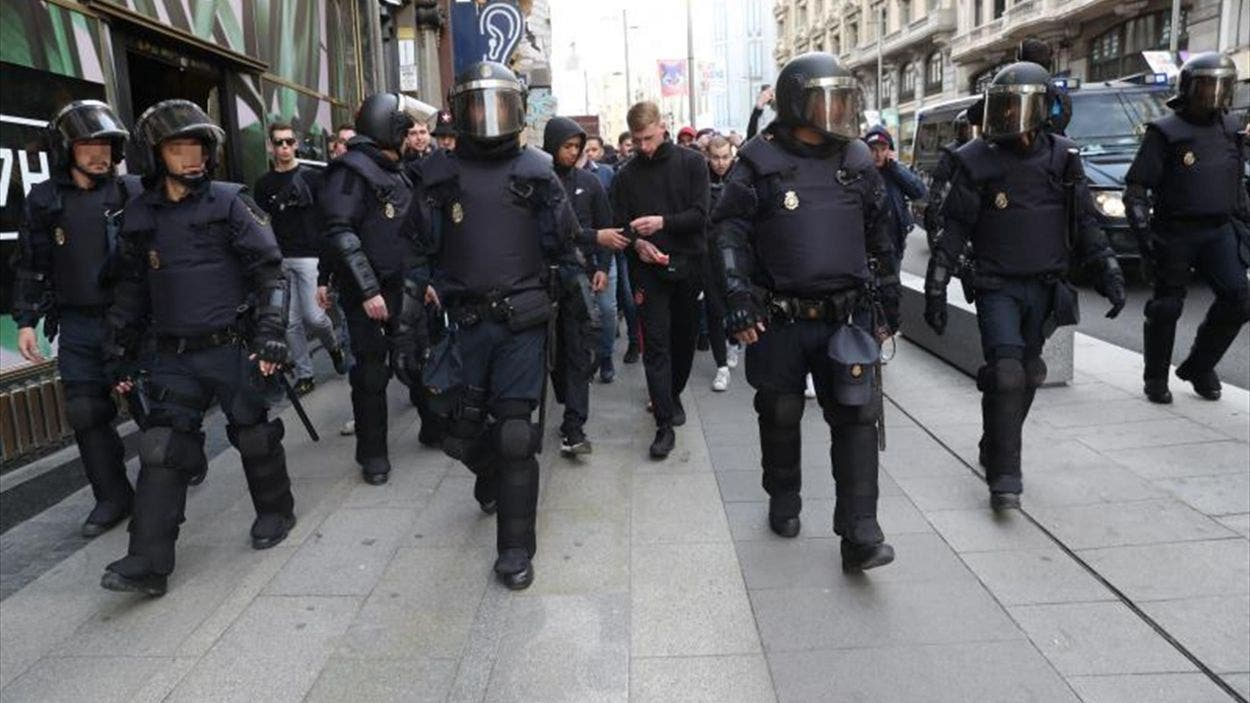 UEFA: Detienen al aficionado del Ajax tras amenazar a empleado