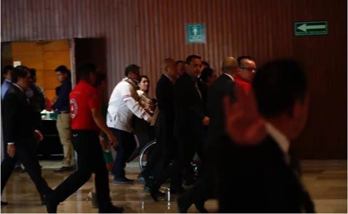 La subsecretaria de Bienestar, Ariadna Montiel Reyes, tuvo que ser retirada en silla de ruedas al sentirse indispuesta.