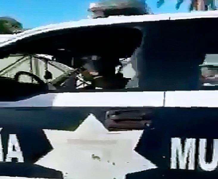 Arrestan a los policías que supuestamente arrastraron al perro en Cozumel