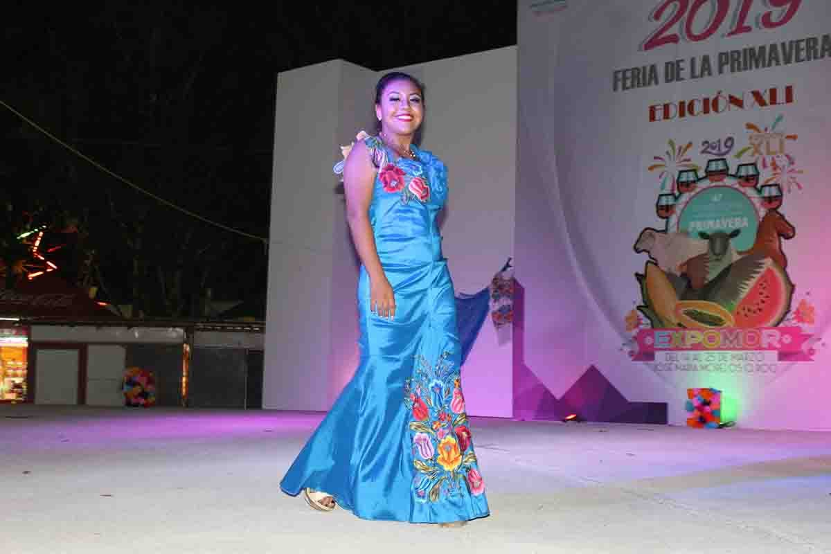 Modelan vestidos que fueron creados por las artesanas de la Zona Maya de Quintana Roo.