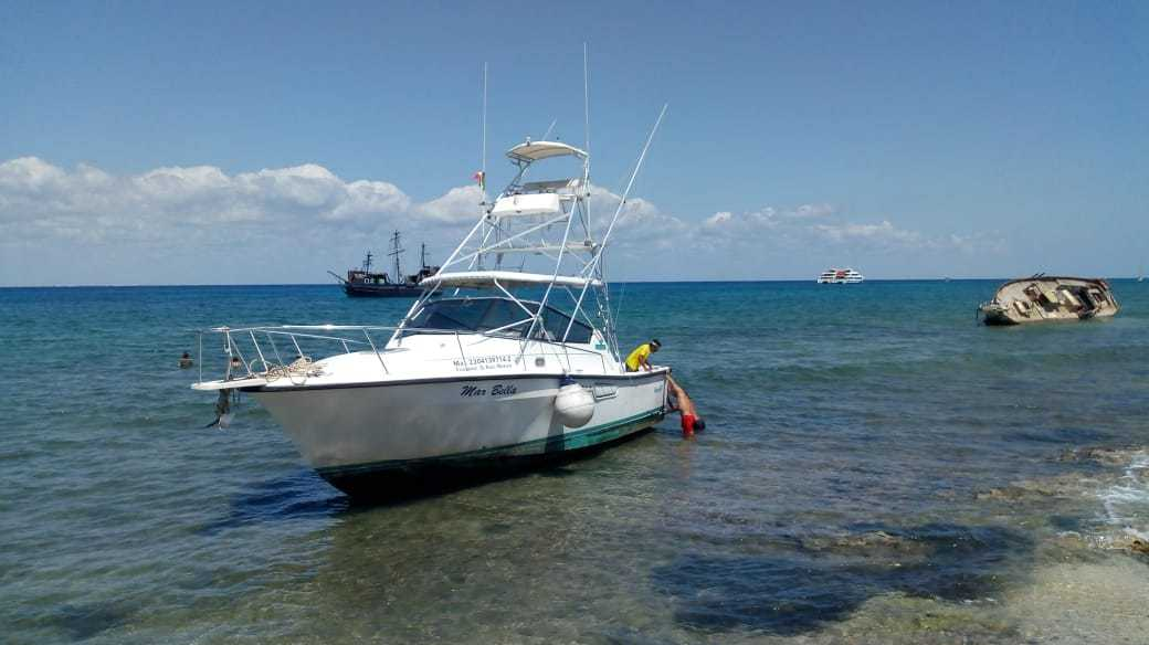 Encalla embarcación en Cozumel