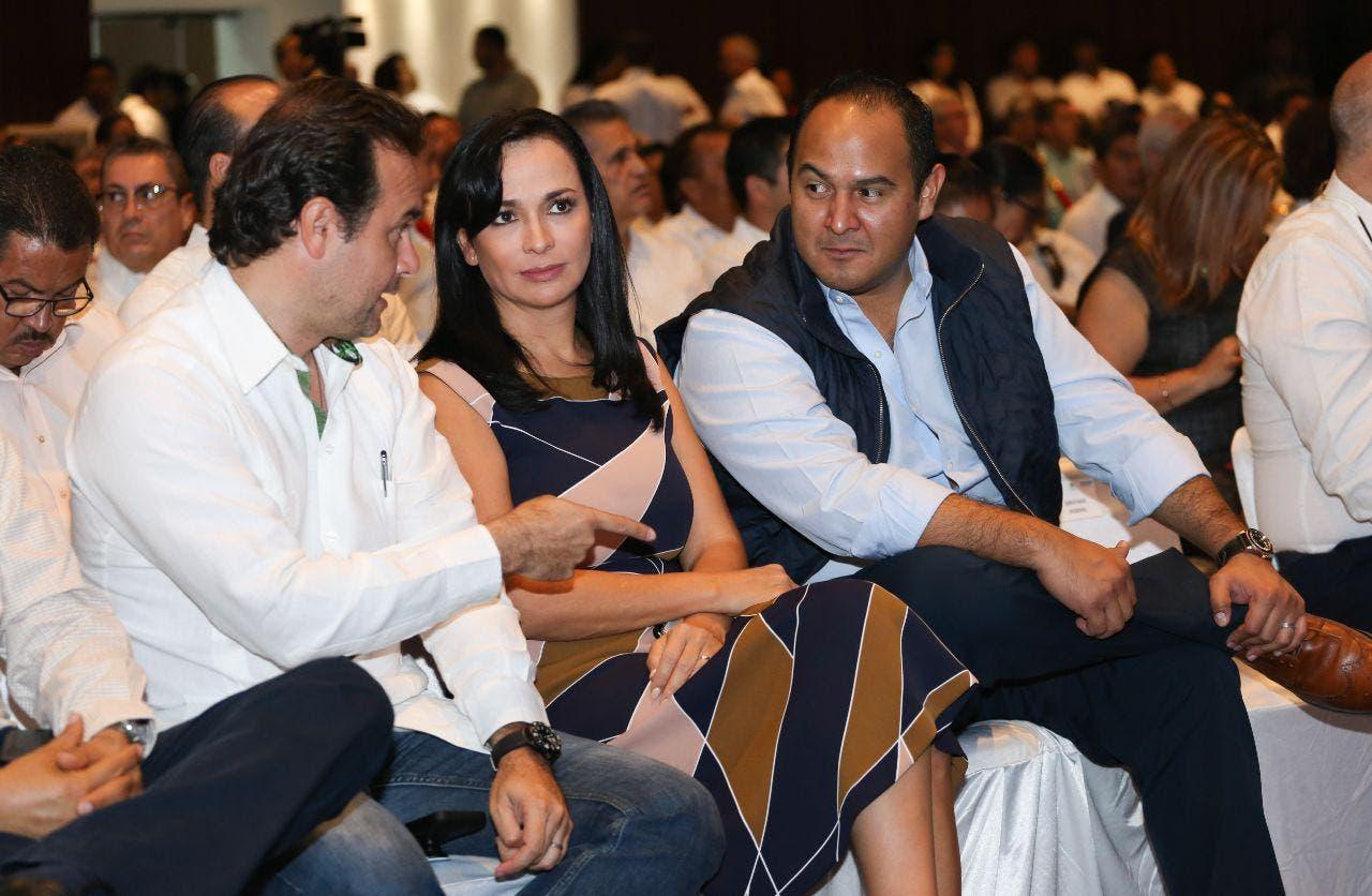 Laura Fernández en compañía del presidente de Cozumel y el de Isla Mujeres