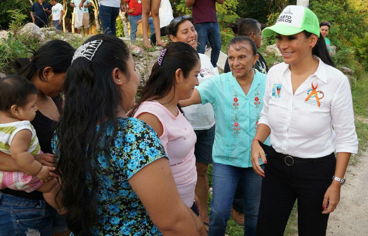 Laura Fernández atiende necesidades de los habitantes de la zona rural