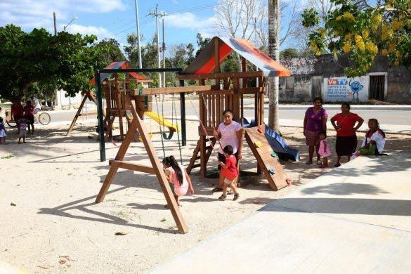Habitantes de Polyuc estrenan obras de mejoramiento urbano