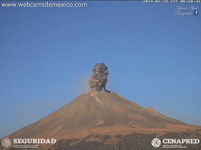 Secuencia fotográfica de la emanación de ceniza del volcán el día de hoy.