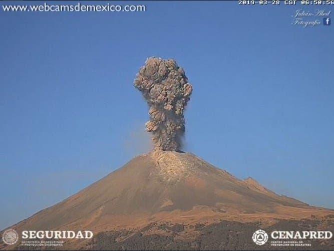 Impresionante columna de humo que generó el coloso; Protección Civil llamó a las poblaciones aledañas a estar atentas a la evolución del volcán.