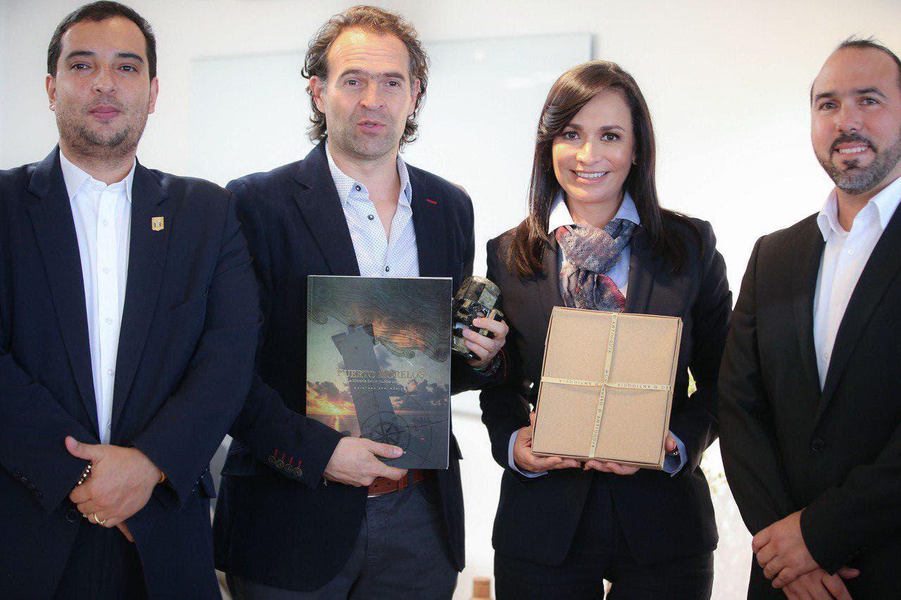 Alcalde Federico Gutiérrez, recibe libro acerca de la historia de Puerto Morelos.