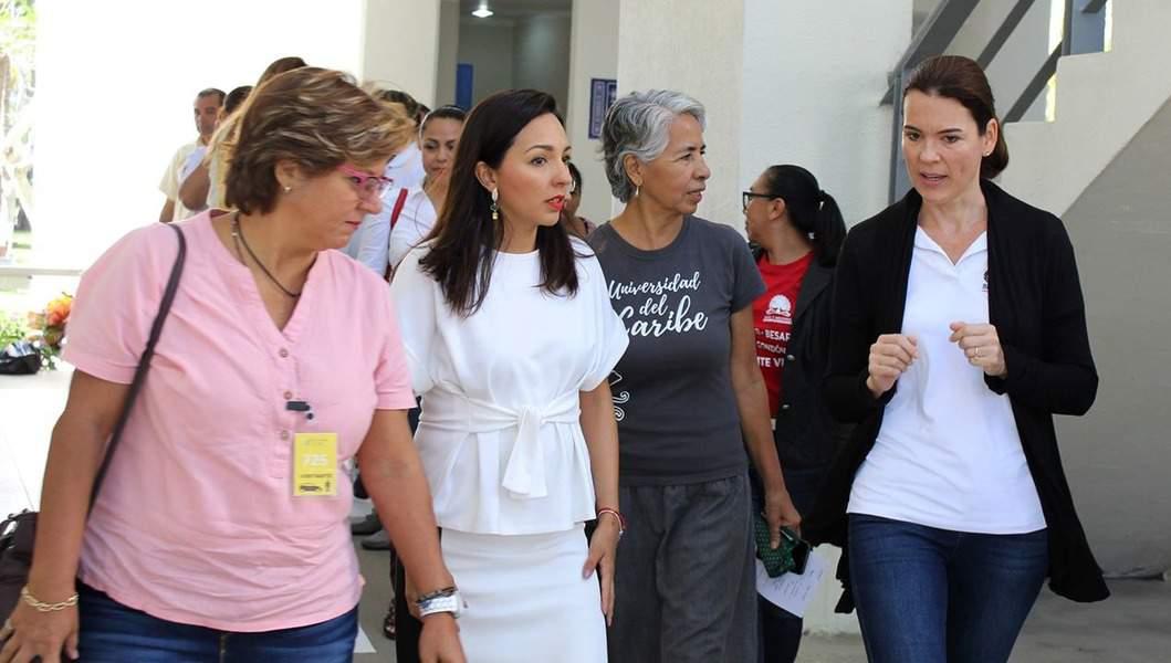 Directora del DIF Benito Juárez,segunda de izquierda a derecha-, Lorena Solís González, en la Universidad del Caribe.