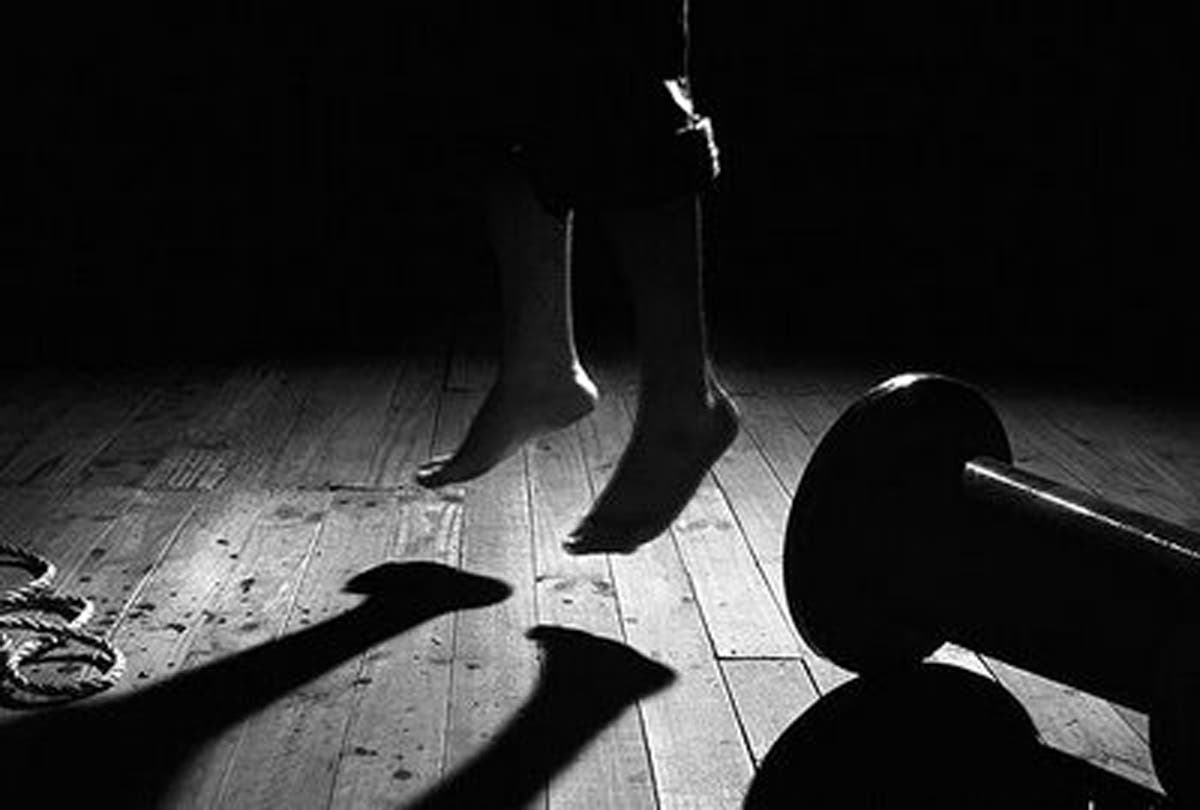 Hombre se suicida luego de correr a su esposa de la casa
