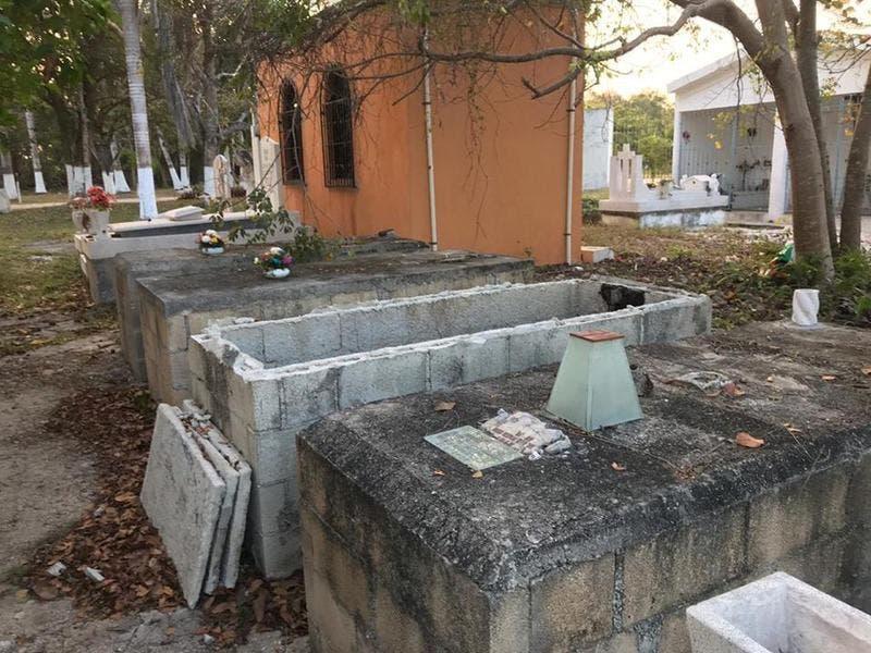 Roban tumba en panteón de Chetumal.