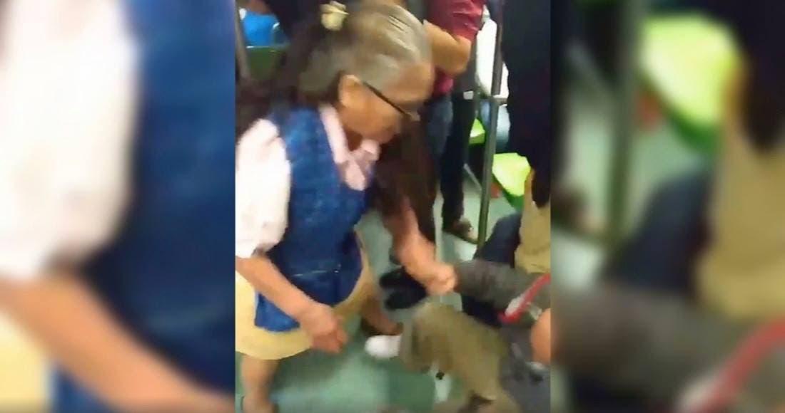 Vídeo: Abuela patea y le da de puñetazos a su acosador en el metro de la CDMX