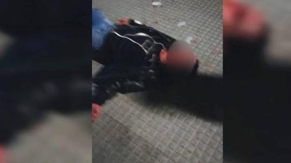 Vídeo: Joven recibe brutal golpiza y lo insultan sobre su preferencia