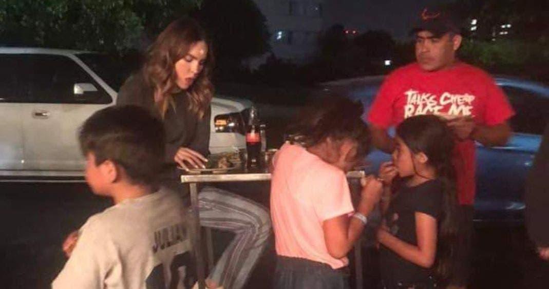 Vídeo: Belinda la cachan echándose unos buenos tacos en la calle
