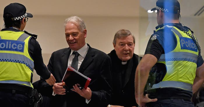George Pell, el número 3 del Vaticano, fue condenado a 6 años de prisión por 5 delitos de pederastia, uno por penetración oral, contra dos menores.