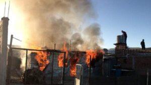 Vecinos queman casa del papá del presunto violador