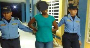Mujer borracha corta el pecho a su novio por presunta infidelidad y celos.