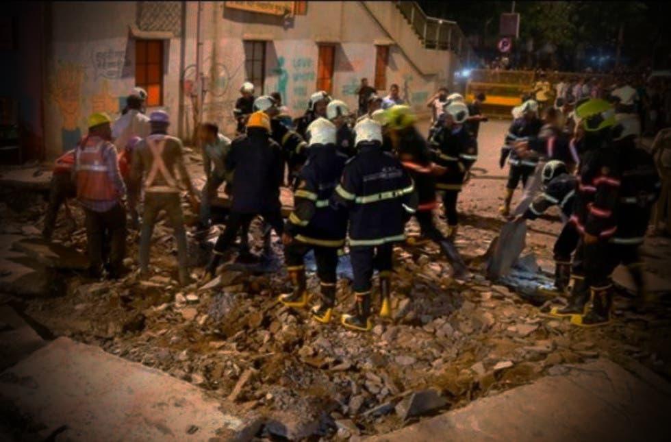 Más de 100 personas se quedan atrapadas por derrumbe en la India