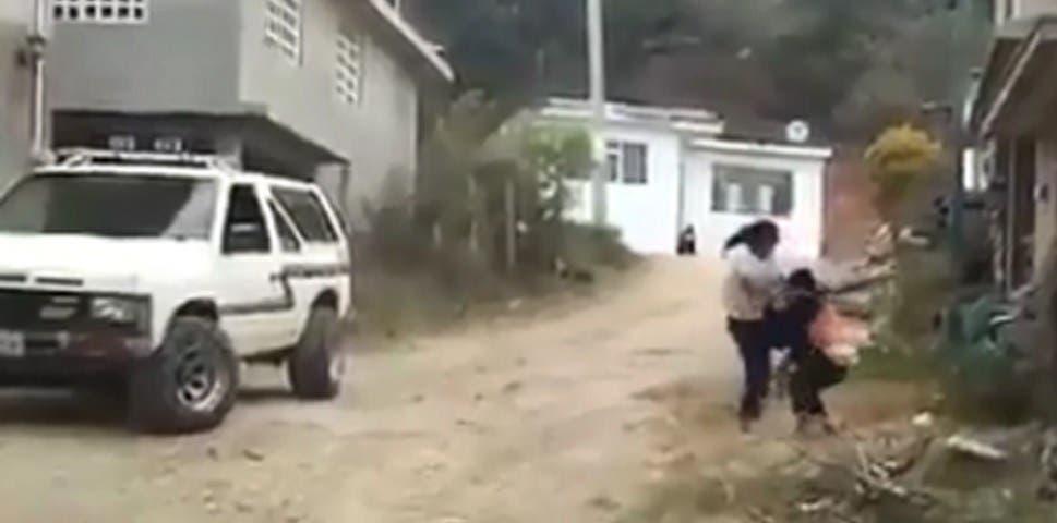 Vídeo: Mamá golpea a su hijo en la calle, los niños siguen sin ser reclamados