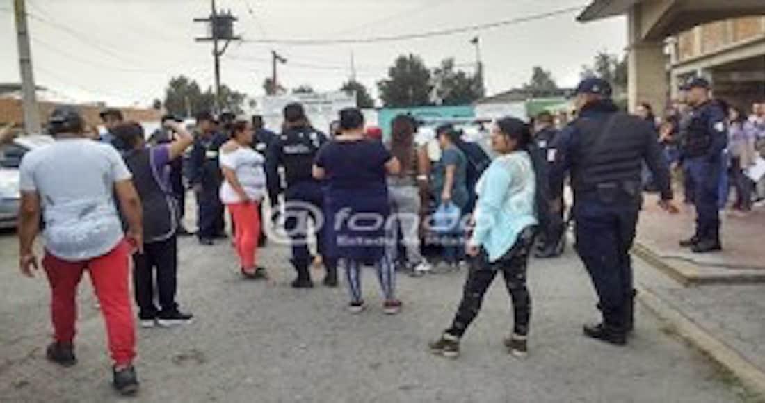 Mamás agarran a hombre que se tocaba parte íntima frente a niños en primaria de Ecatepec