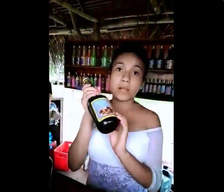 """Vídeo: Chica vende de manera graciosa las bebidas """"levanta pájaros"""""""