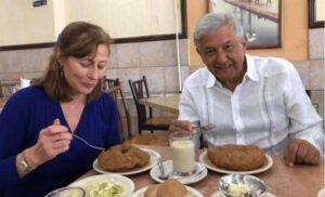 Tatiana Clouthier con Andrés Manuel López Obrador en una comida