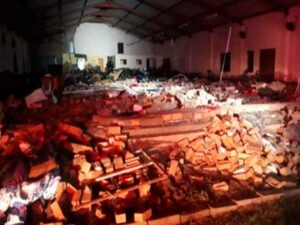 Iglesia colapsa en pleno servicio
