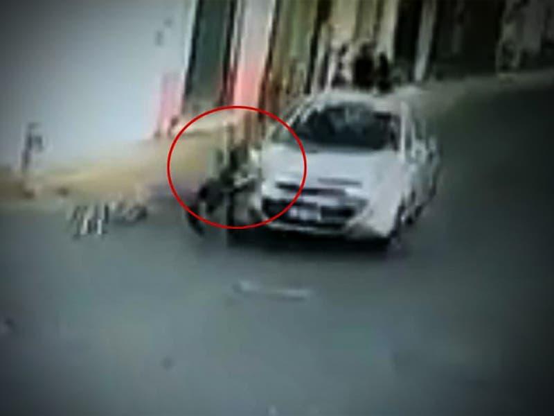 VÍDEO: Niño muere atropellado por ir caminando debajo de la banqueta