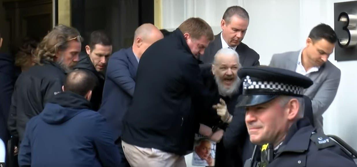 Arrestan a Julian Assange; embajada de Ecuador lo expulsa