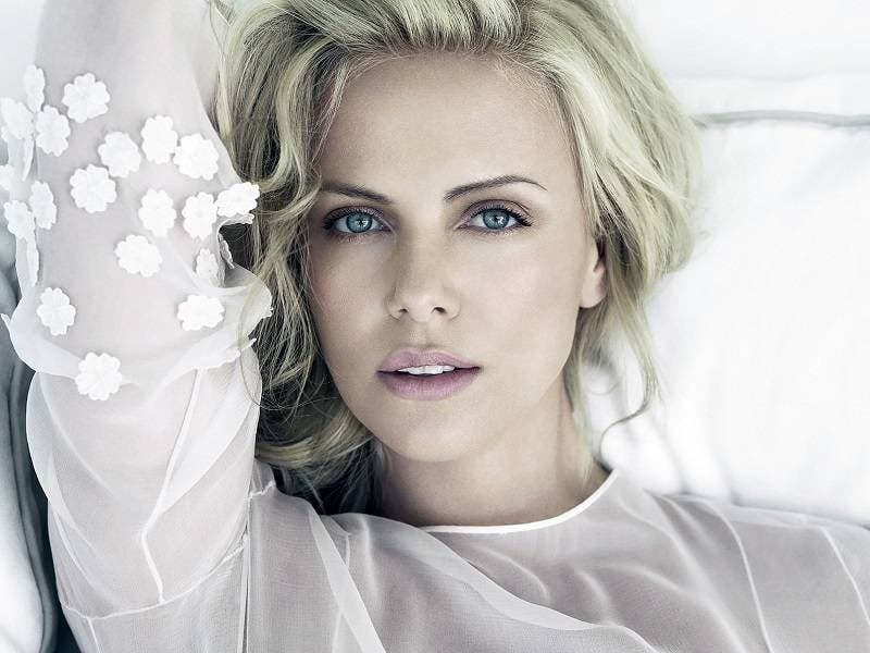 Charlize Theron dijo que nadie quiere con ella... y una mujer ya se le lanzó
