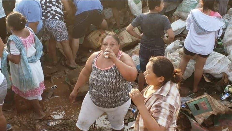 Video: Vuelca tráiler cargado de cerveza y arman pachanga