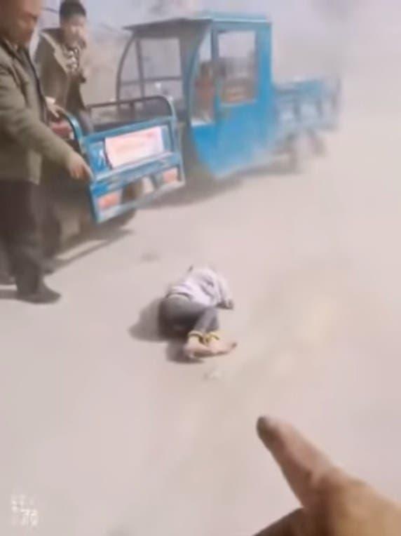 Uno de los pequeñitos mal herido yace en el suelo.