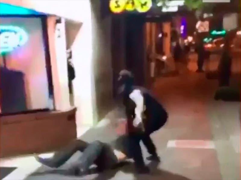 """Mujer """"mostró el conejo"""" durante pelea callejera"""