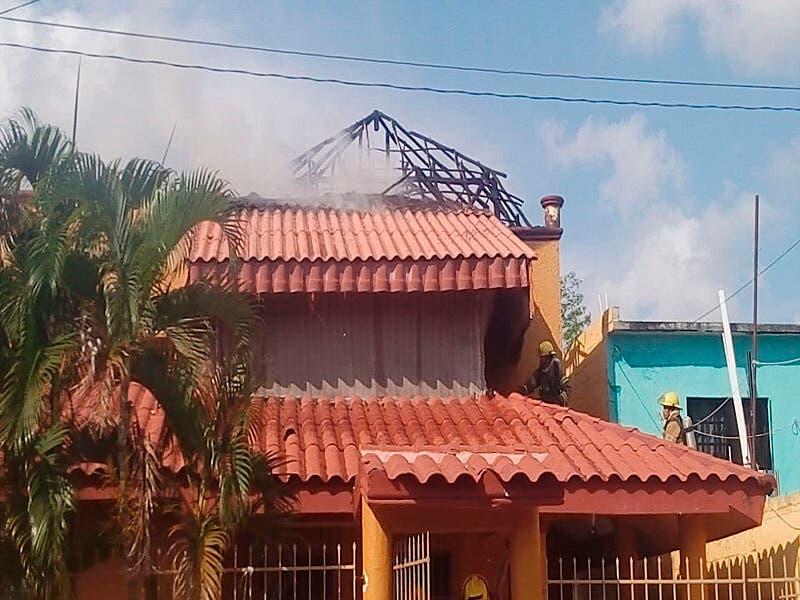 Incendio consume palapa de una vivienda en Cozumel