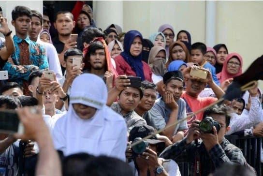 Castigo en Indonesia, azotes a una pareja gay.
