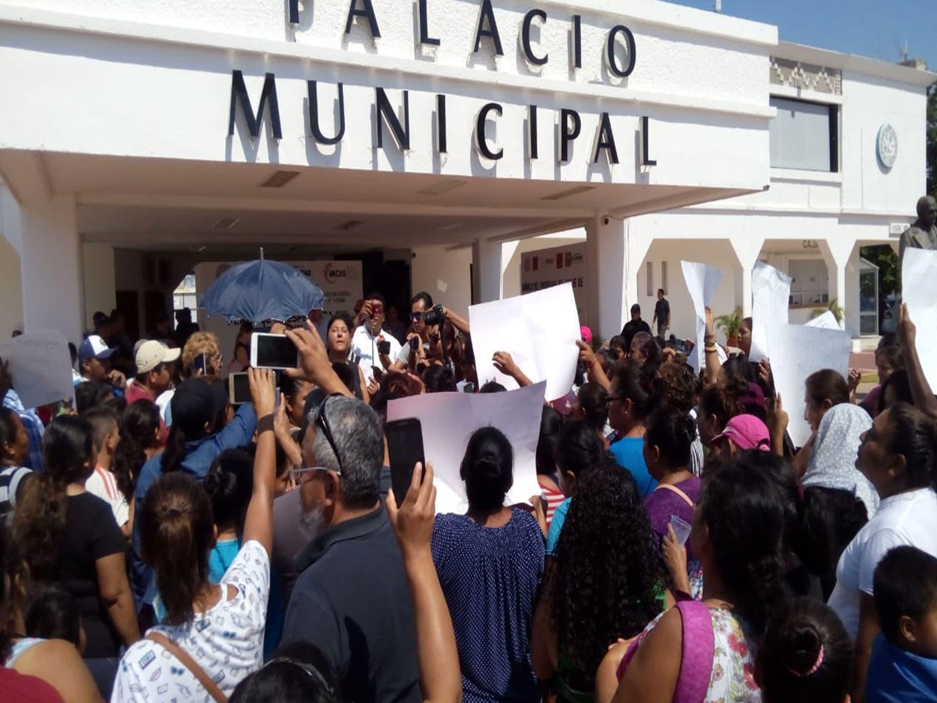 Ante el intento de desalojo, habitantes protestan en el Palacio Municipal