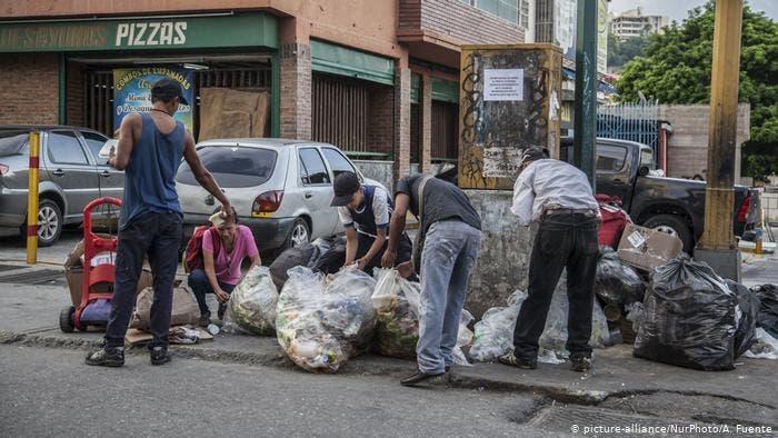 Cada vez más venezolanos buscan y viven de los escombros y la basura.