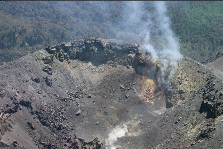Imágenes del volcán de Colima la tarde de éste sábado, tomadas de la cuenta de Twitter: @Volcan_Colima