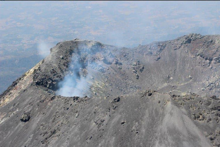 El majestuoso volcán se encuentra con aparente calma, aunque los expertos prevén que arroje lava en pocas horas.
